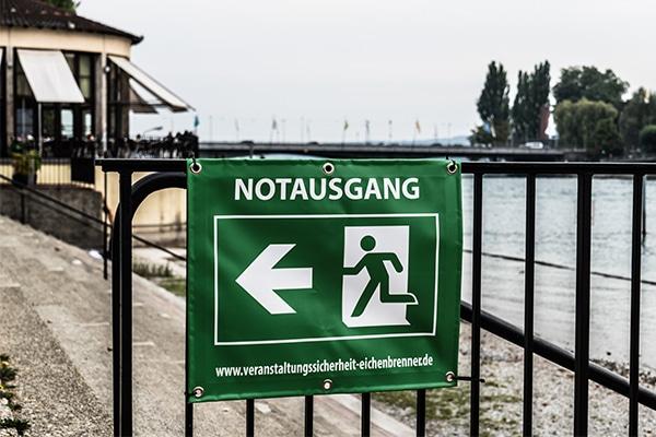 Banner Notausgang Eichenbrenner Veranstaltungssicherheit EVS Safety Konstanz Bodensee Rheinterrasse Festival