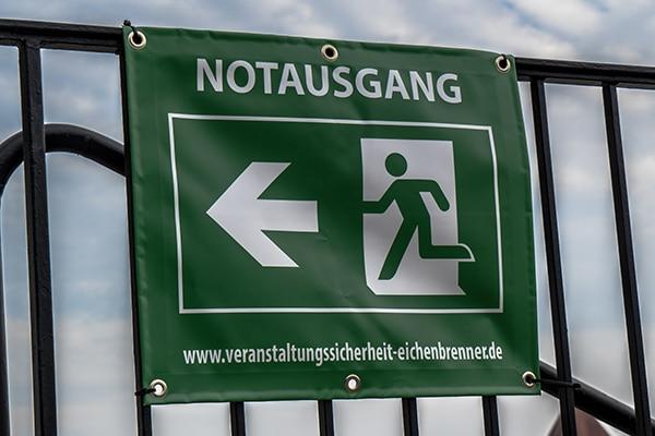 Banner Notausgang groß Eichenbrenner Veranstaltungssicherheit EVS Safety Konstanz Bodensee